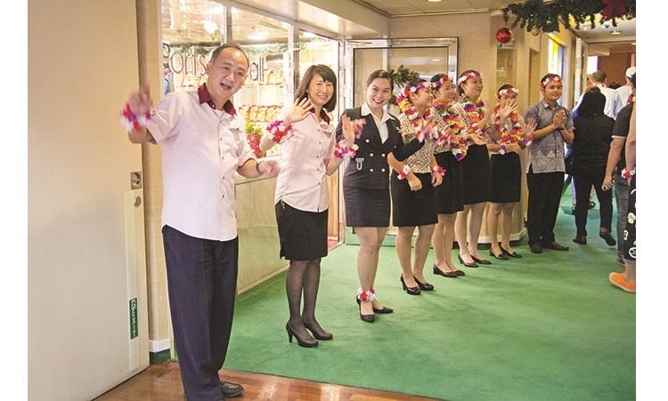 船上人员热烈的欢迎大家到来。