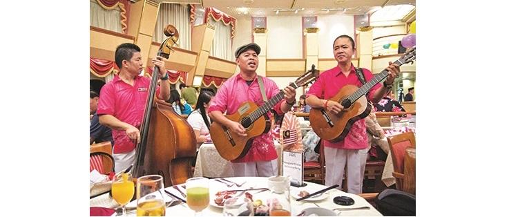 用餐之余,现场更有菲律宾乐队来到你面前献唱。