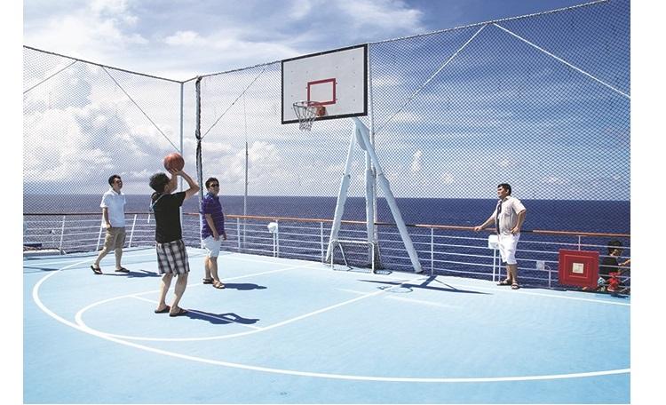到海上打篮球也是不错的体验。