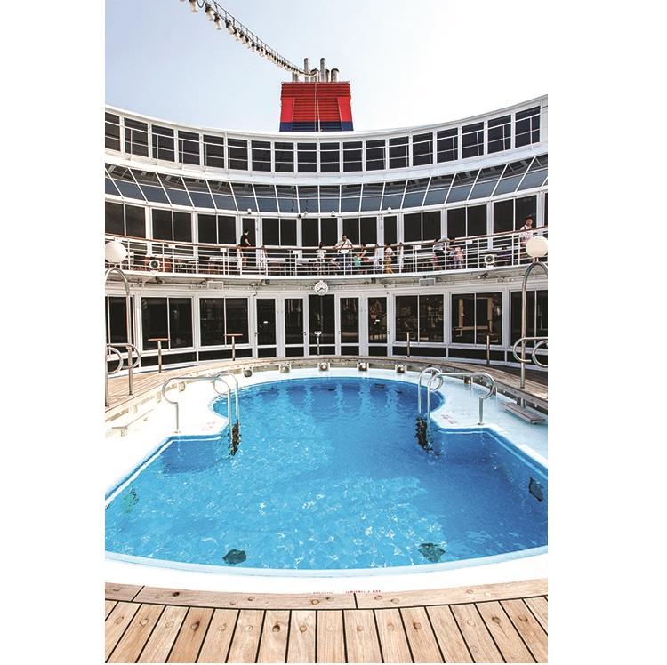 在太阳猛烈照耀下,不妨将自己浸泡在泳池或晒晒太阳,感受太阳的热情。