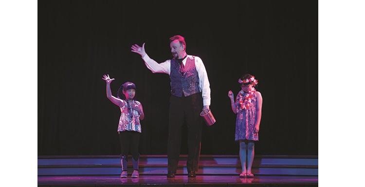 莱斯里 ‧ 麦金泥会邀请现场观众一同参与魔术表演。