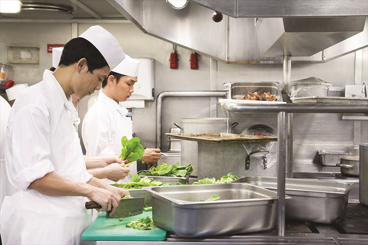 参加海上厨房之游,你可看到背后的团队是怎么为大家准备食物的。