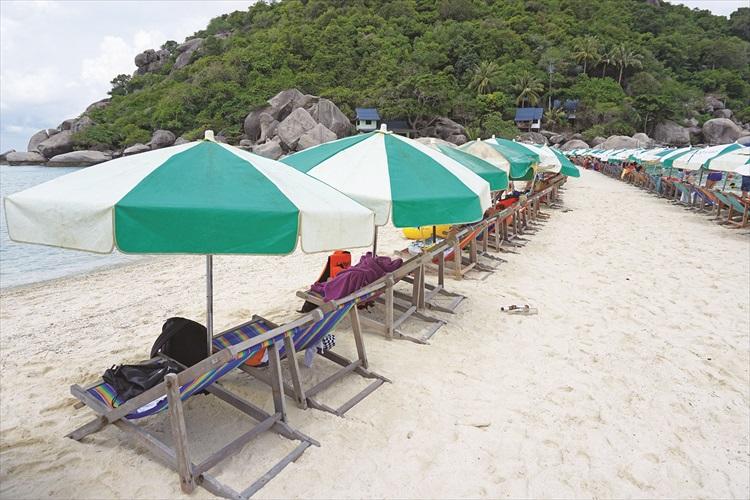 想要在沙滩玩,可以租借太阳伞,就不用长时间在太阳地下暴晒。