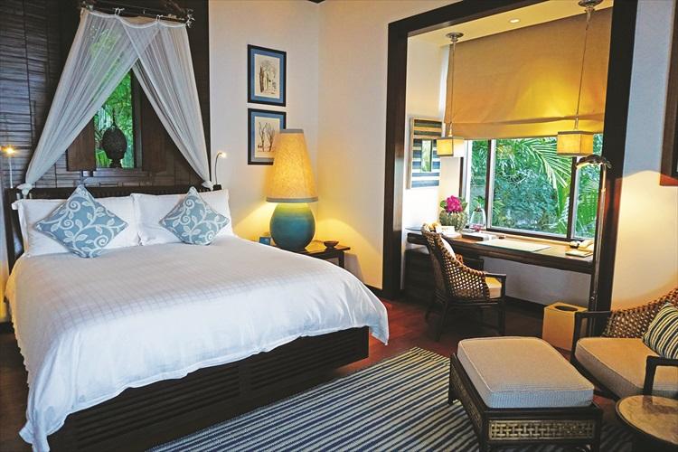 豪华舒适的客房以浪漫的橙色装饰呈现,别有一番风味。