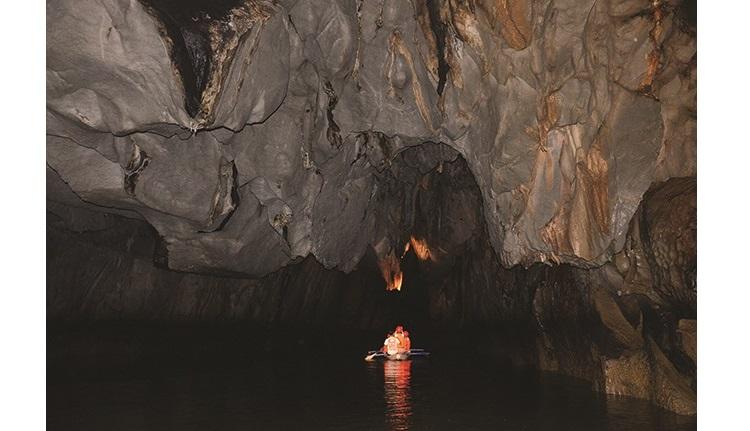 洞里非常黑暗,记得要细心留意圣保罗地下河里的钟乳石和石笋。