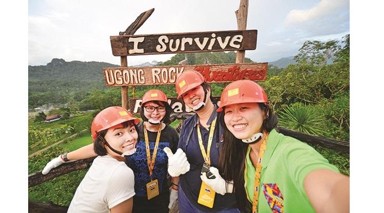 经过一番艰难的翻山越岭,我们终于成功爬上这山顶。