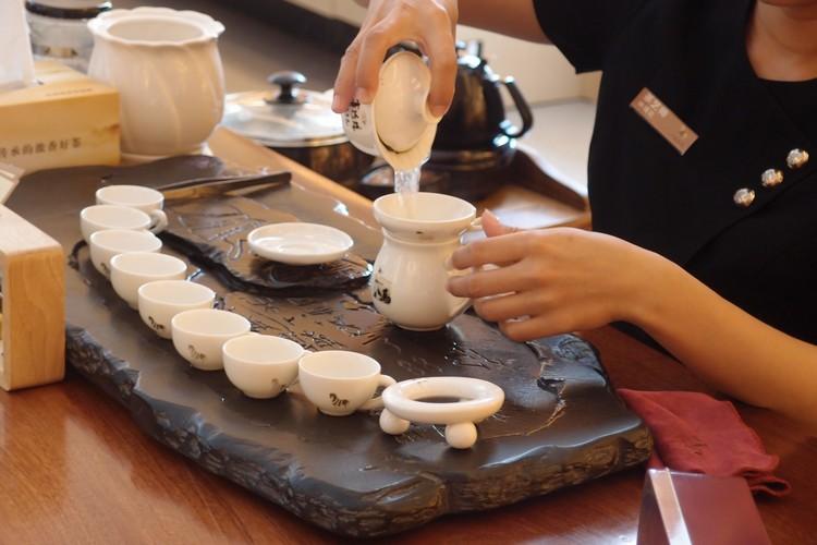 从茶叶、水温、水的质量到茶具都各有讲究及学问。