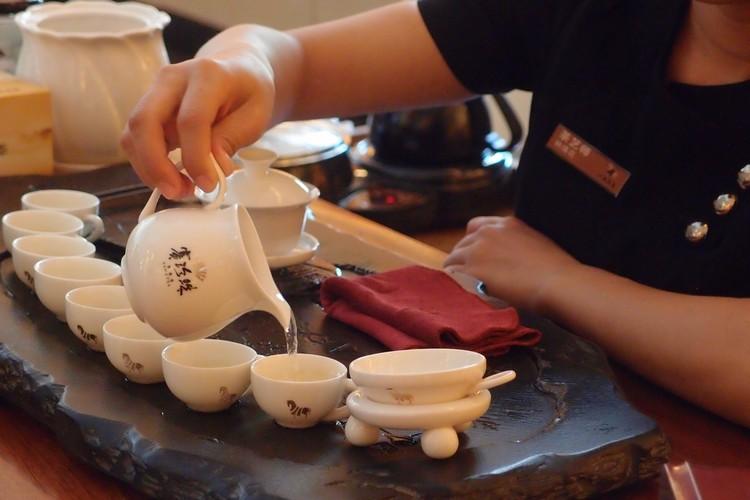 喝茶,也称品茗。饮茶,已是厦门人日常不可缺的生活文化。