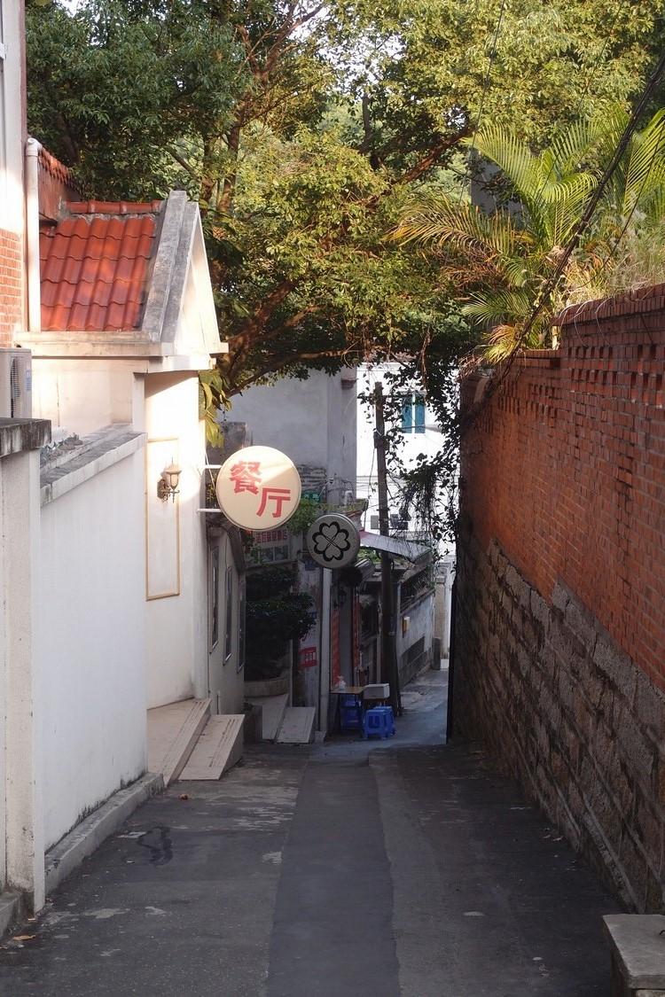 走进小巷,偶尔会遇见一些咖啡馆或小餐馆。