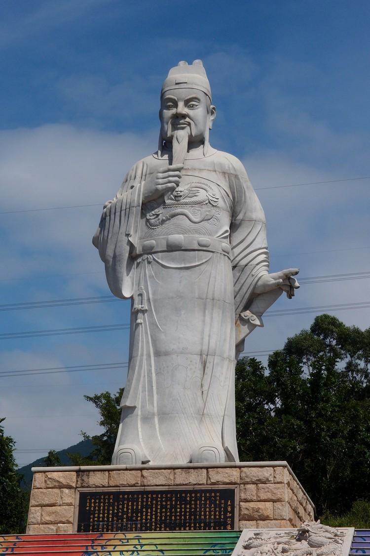 由大理石建构的闽王石雕像。