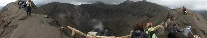 """""""睡着""""的婆罗摩火山口,仍冒出稀稀白烟。"""