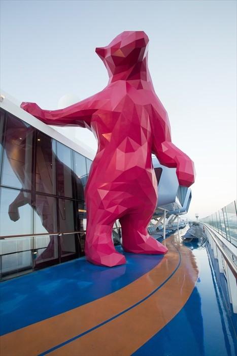 攀岩壁旁有一尊粉红色熊像,是艺术家为海洋量子号制作的艺术品。