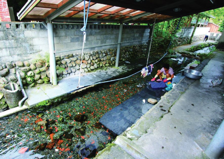 泉水非常清澈的阿兰城涌泉池--洗衣沟。(资料图片)