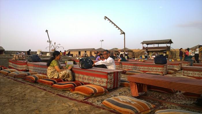 大伙可在杜拜沙漠中晚餐,并欣赏风情万种的肚皮舞。