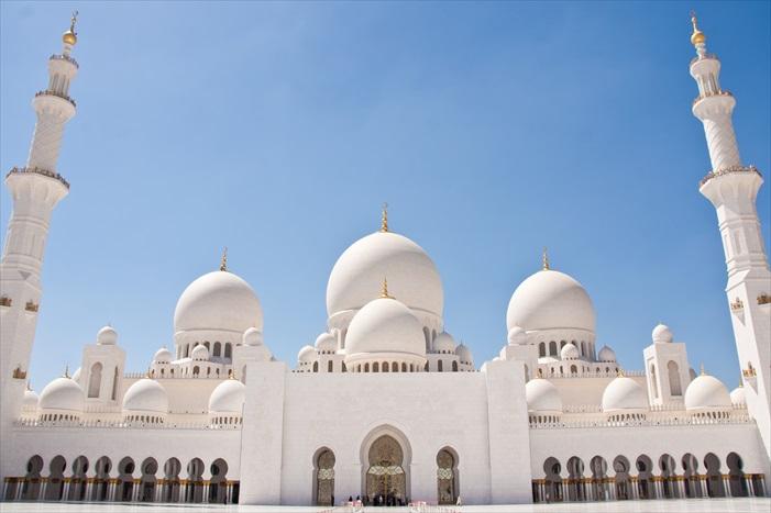 谢赫扎伊德大清真寺,是阿布达比号称千金打造的清真寺。