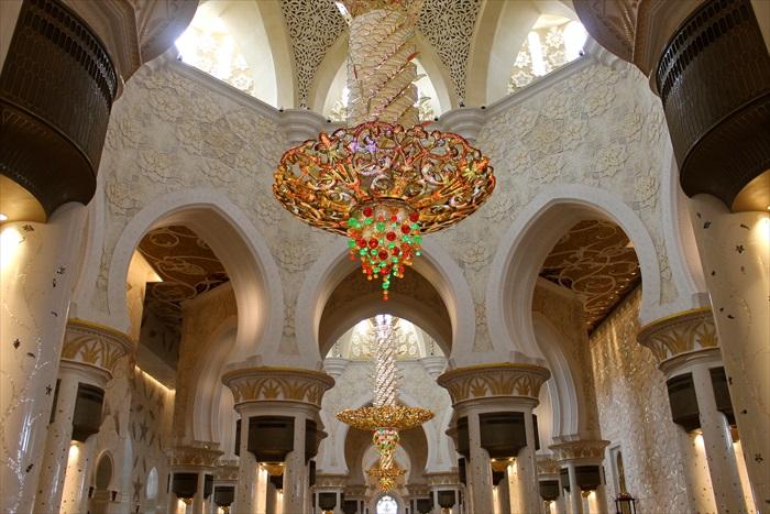 华丽至极的水晶灯,是寺内一大亮点。