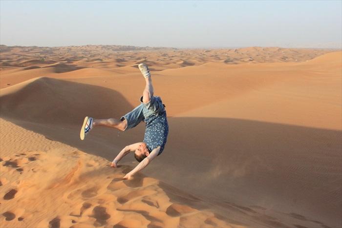 在杜拜的沙漠尽情翻滚!