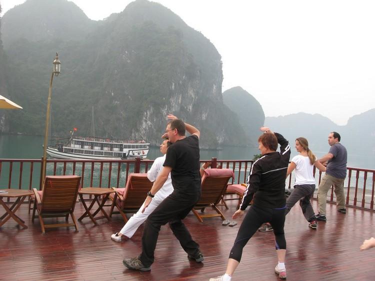 面向如水墨画般的山水景色,轻纱般晨雾,清新的空气,学打太极吸收大自然地气!