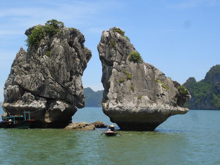 据说共有3000多座,仅命名的山和岛就有1000多座。图为斗鸡岛。