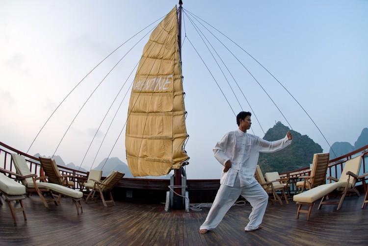 在游船上渡过一晚,清晨有机会与越南师傅学打太极。
