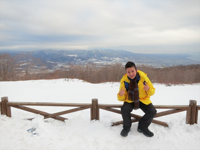 坐缆车上有珠山,鸟瞰昭和新山和洞爷湖美景。