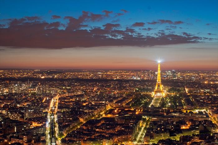 登上蒙帕纳斯摩天大楼欣赏繁华的巴黎夜景。
