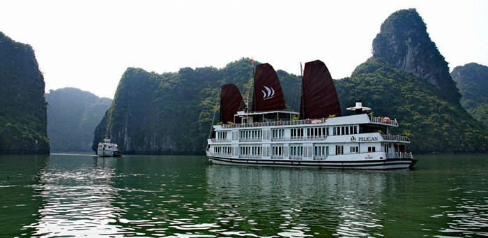 乘坐游船渡过一晚是观赏下龙湾最佳旅游方式。