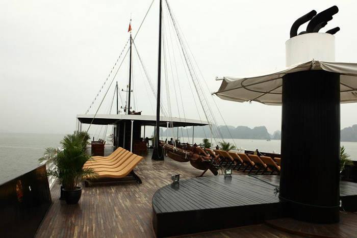 到甲板与大自然约会,享受有山水美景的悠哉时光。
