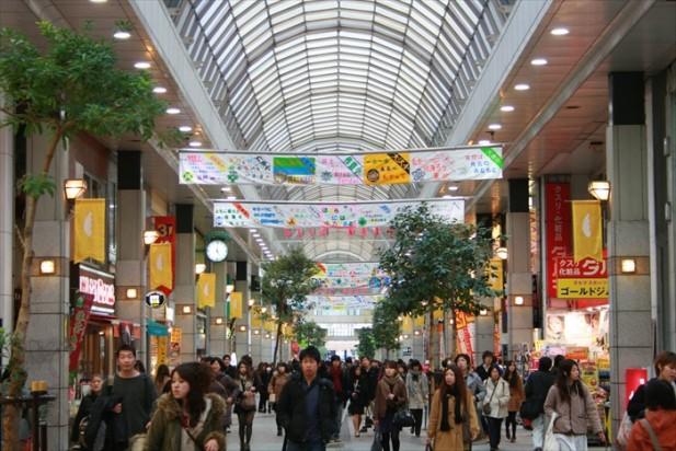 在仙台市一番町商店街,你可以透过走逛各种商店了解当今日本东北地区居民的当今生活文化和趋势。 在这里,你除了可以找到各种流行或二手服饰店以外,还可以看到各种食品、杂货、蔬果店,还有风靡亚洲女孩的药妆点,林林种种商店让你慢慢探索,所以逛起来非常有趣。