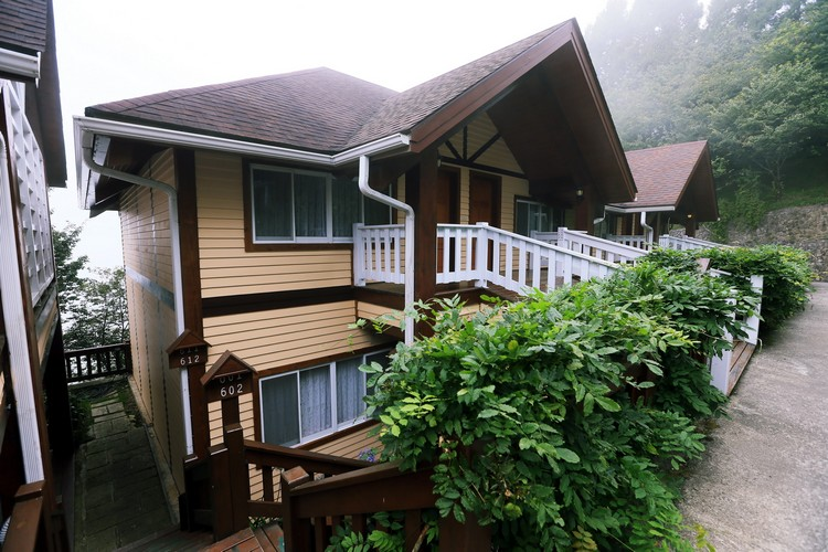 雅致客舍依山而建﹐让住客们可以时刻欣赏到不同的美景﹗