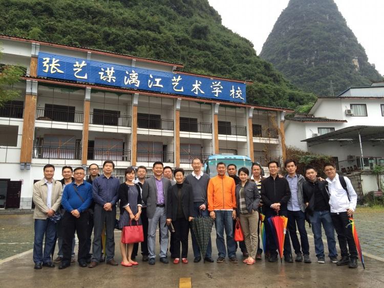 """《印象马六甲》团队与《印象刘三姐》团队摄于""""张艺谋漓江艺术学校""""外。"""