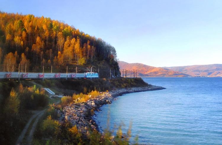 那是咱们的火车头,我们的包厢在最后的第15节;秋的贝加尔湖,好浪漫!