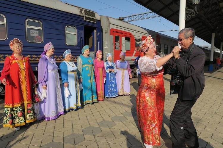 旅途中的惊喜;特别到来表演的俄罗斯古风乐团,与我们闪闪起舞。