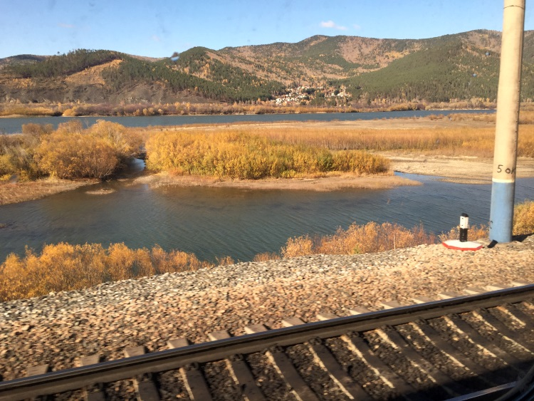 火车窗外下的景色;如诗如画。