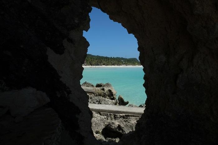 在洞穴里窥探外面的景色。