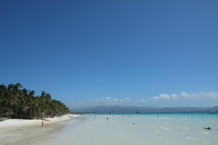 椰林、蓝天白云、清澈海水、白色沙滩,完美的组合啊!