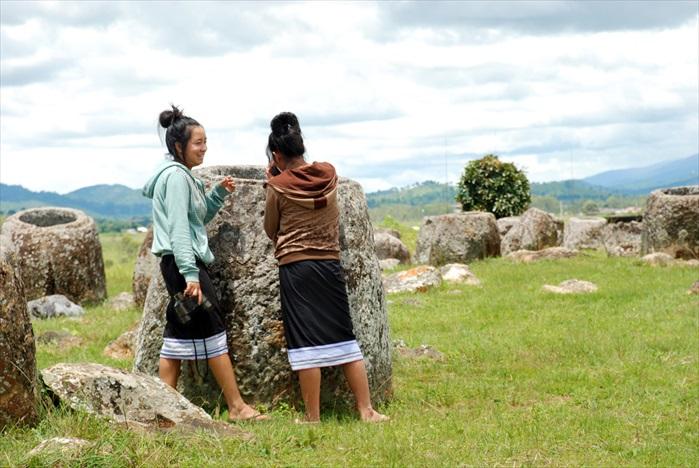 少女正参观石臼平原。