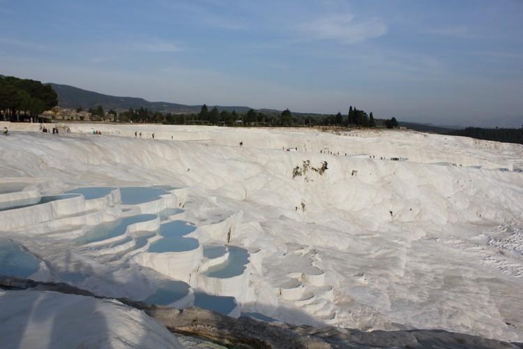 度假胜地之一,像棉花一样的山丘--Pamukkale(棉花堡),有上千年的温泉,蓝与白的交融犹如美妙的仙境。