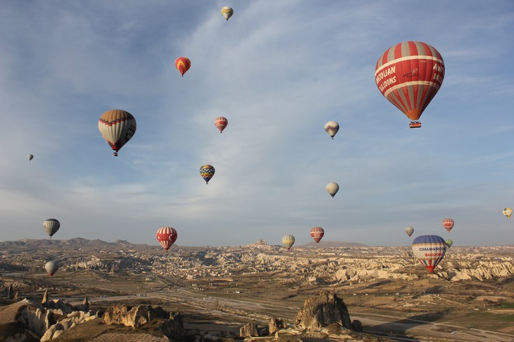 乘坐热气球,一览举世闻名的卡帕多奇亚石林。