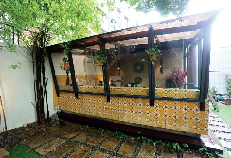 庭院的一隅原本设有提供饮料的服务柜台,如今已改为其他用途。柜台的墙面也有娘惹特色的色彩图案,与走道地板的图案一致,互相辉映。