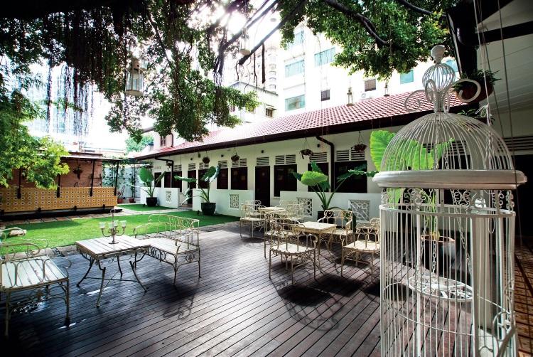 The Yard 精品酒店拥有中国传统四合院大家庭居住模式,共享庭院空间的特色;树荫下的英式风味桌椅,让人感觉仿佛时光倒流回到旧时代。