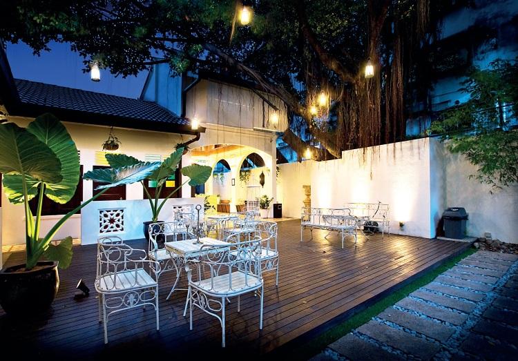 来到夜幕低垂,庭院又有另一番意境,悬挂在榕树气根上的一盏盏灯亮着后,像一幅美丽的画,非常浪漫。