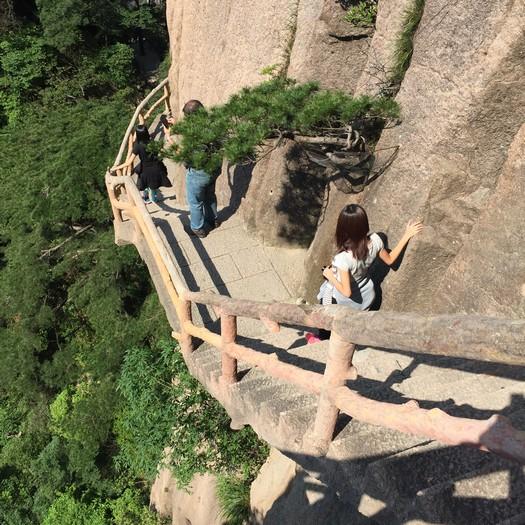 这样的梯级虽险峻,但眼前的美景会让你忘了恐惧。