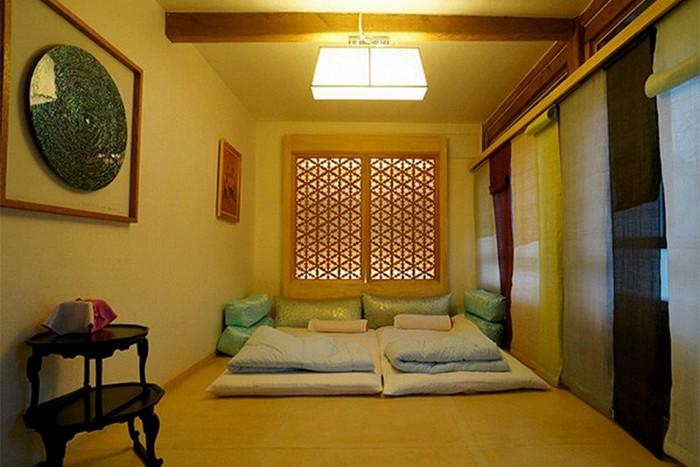 """常常就有旅人到韩国旅游时,因为被安排入住需要""""睡地上""""的酒店而大肆投诉,殊不知,这可是以前的韩国人为了可以更舒适地度过寒冷冬天的生活大智慧——韩屋暖坑!"""