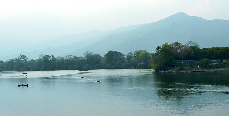 向晚的费娃湖,笼罩着一层雾,湖光山色依然显而易见;泛舟是旅人到此必试的活动之一。