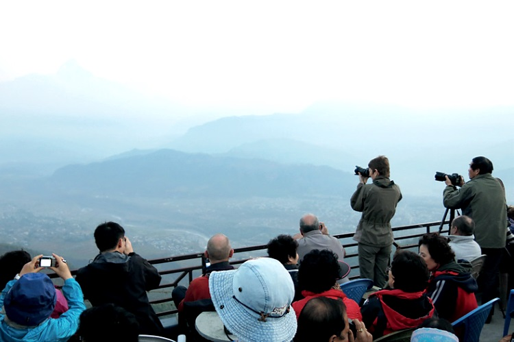 许多旅人都会特别早起上萨朗科山欣赏旭日初升时,鱼尾峰披上一层红霞的美景。
