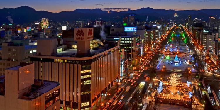 鸟瞰冬季街景 , 等待夜幕降临的札幌市。在冰雪节的灯饰点缀下,为圣诞气氛加分不少。