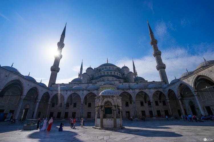 位于土耳其的伊斯坦堡,具代表性的蓝色清真寺。