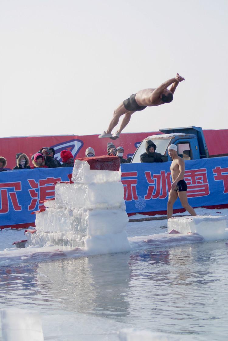 冬季体育项目之一 - 冬泳。