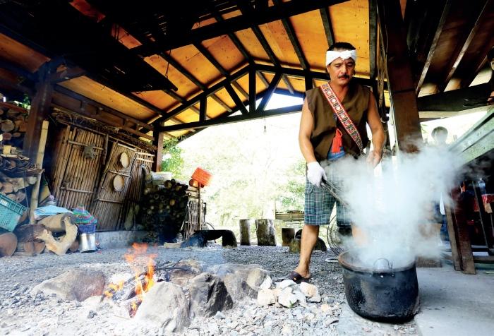 欣绿农园 用烤热的石头,马上放入冷水简单清洗,再马上放入 锅中的鱼汤中,藉由石头的热气将鱼汤煮熟,这就是早期居住在马太鞍湿地的原住民煮鱼汤料理方式。